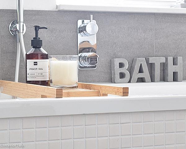 betonnen letters bath