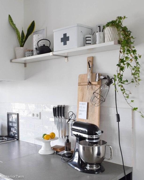 Zwarte keuken: voeg planten toe bijvoorbeeld de klimop hangplant