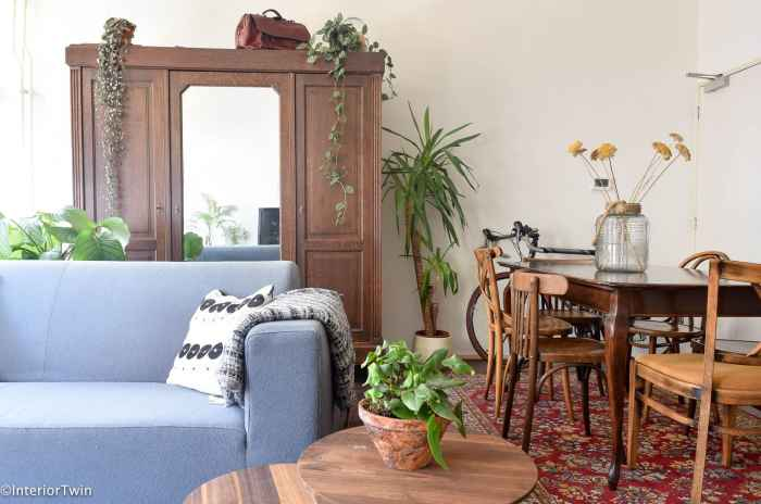 moderne bank gecombineerd met tweedehands meubels