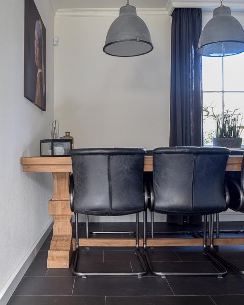 stoere eethoek met zwarte stoelen