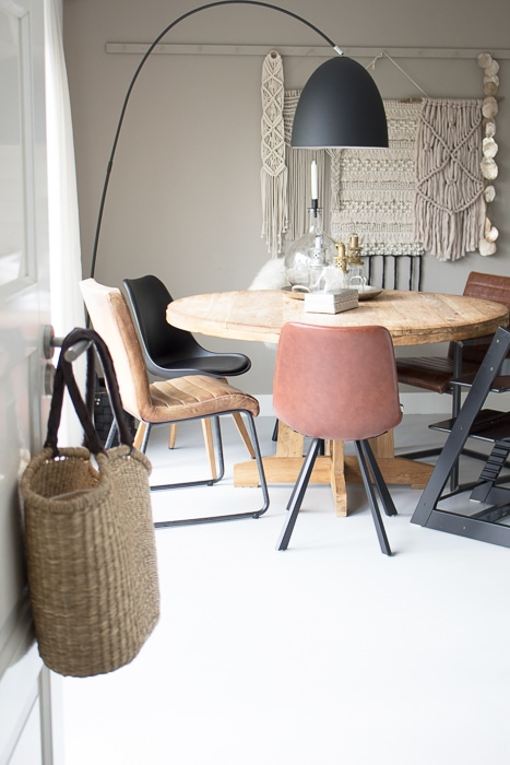ronde eettafel cognac en zwarte stoelen