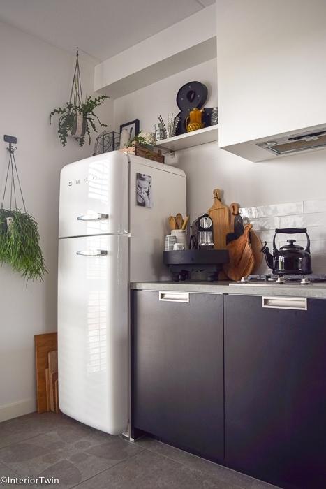 witte smeg koelkast zwarte keuken