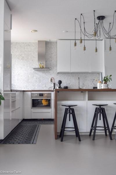 witte keuken met hexagon tegels
