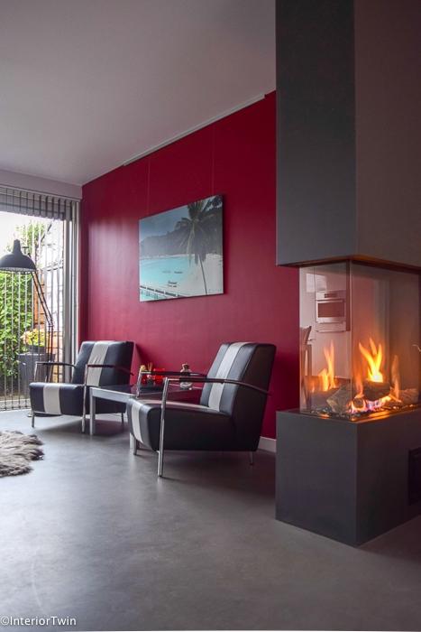 antraciet gashaard rode muur zwart witte stoelen