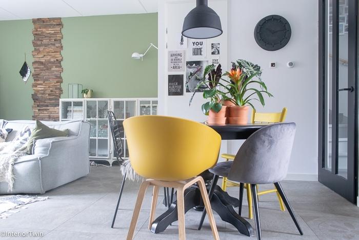 Eettafel In Woonkamer : Een zwarte eettafel als middelpunt in de woonkamer interiortwin