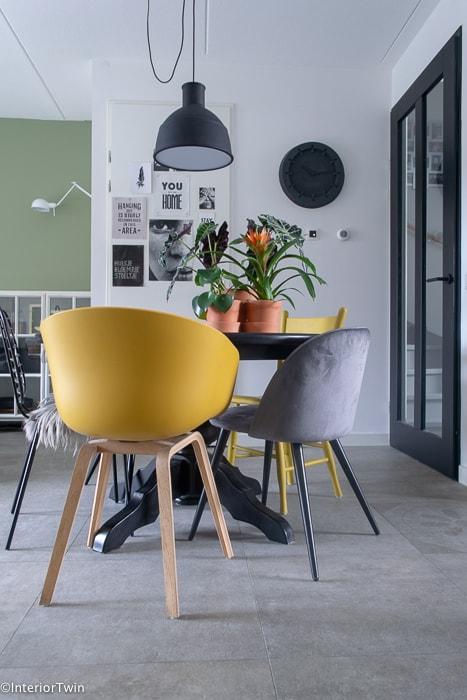 gele en grijze stoelen aan eettafel