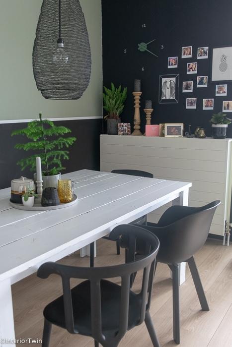 witte eettafel met zwarte stoelen