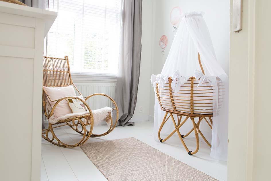 Babykamer vintage stoel en wiegje