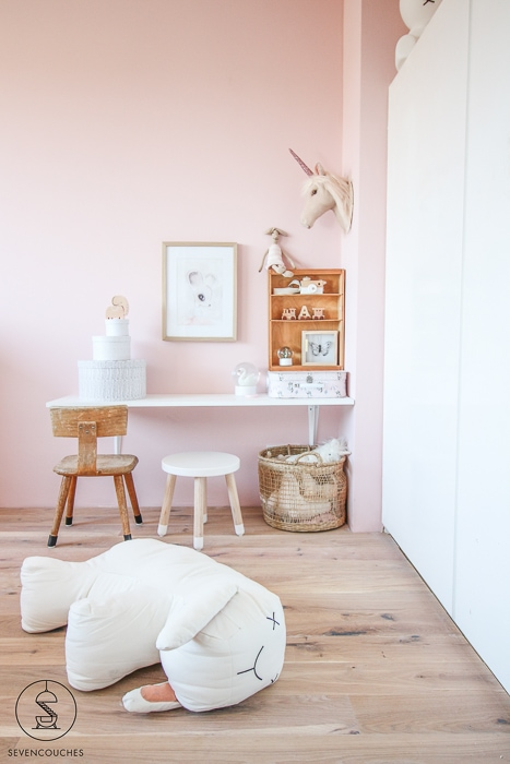 roze muur peuterkamer
