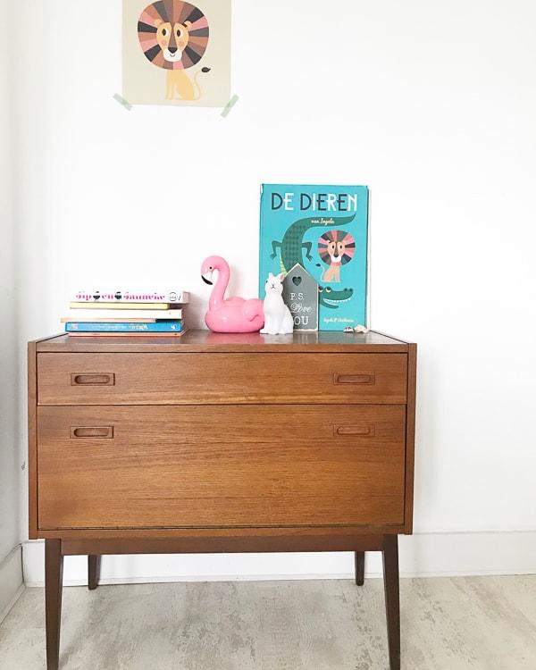 retro dressoir met accessoires meisjeskamer