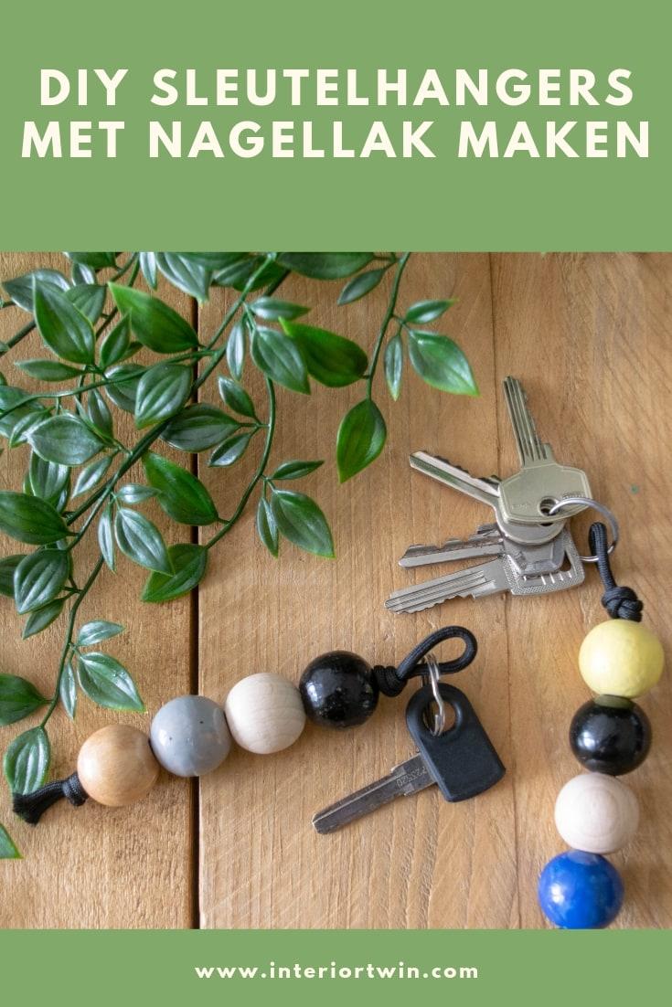 zelfgemaakte sleutelhangers met houten ballen en nagellak
