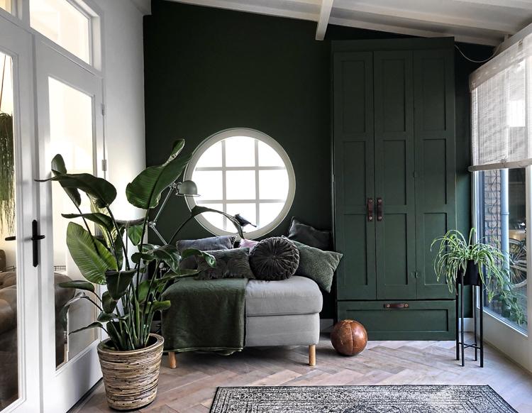 zelfgemaakte kast in zelfde kleur als groene muur @s.o.n.i.a.d