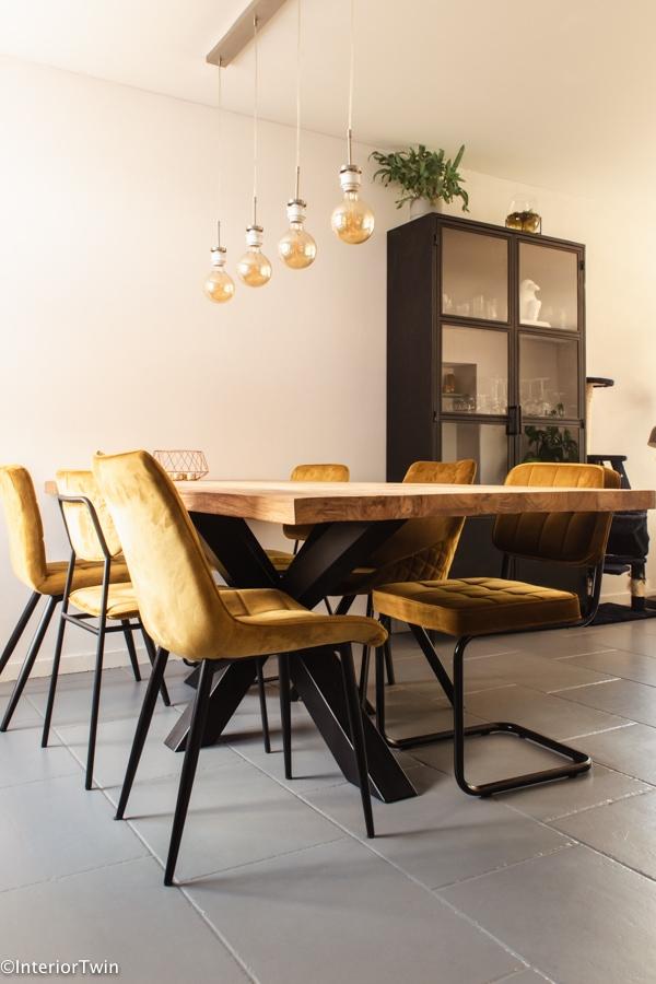 eetkamerhoek met gele stoelen
