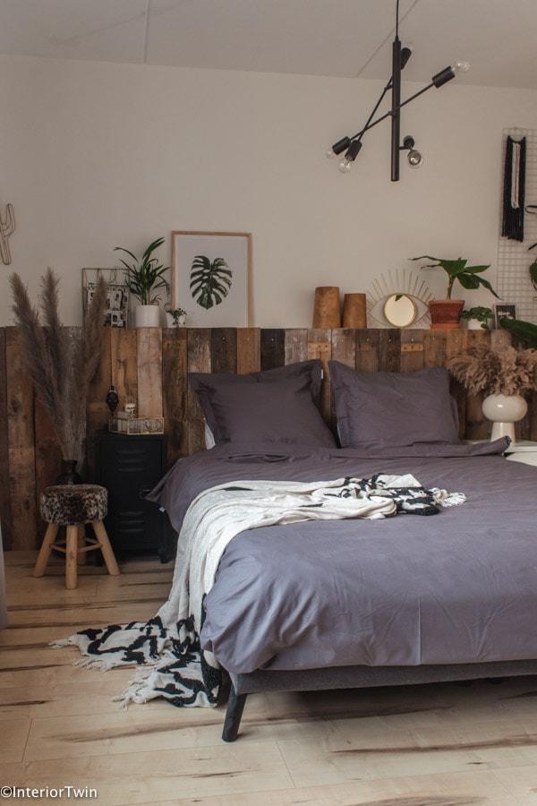 antractiet donkere slaapkamer met hout