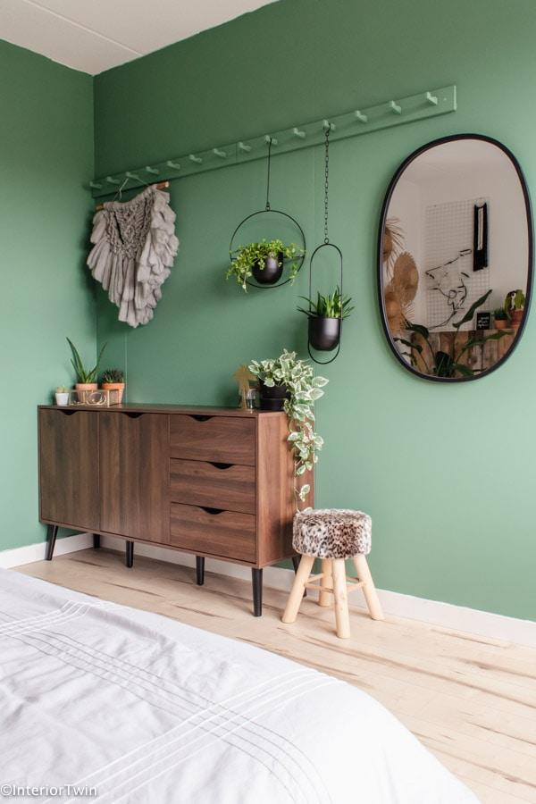 groene muur met vintage look dressoir