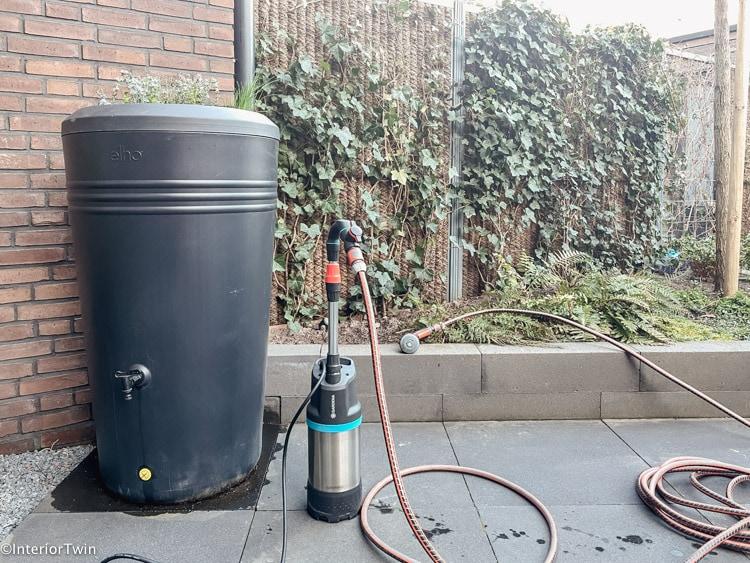 tuin bewateren met regenton en tuinslang 1