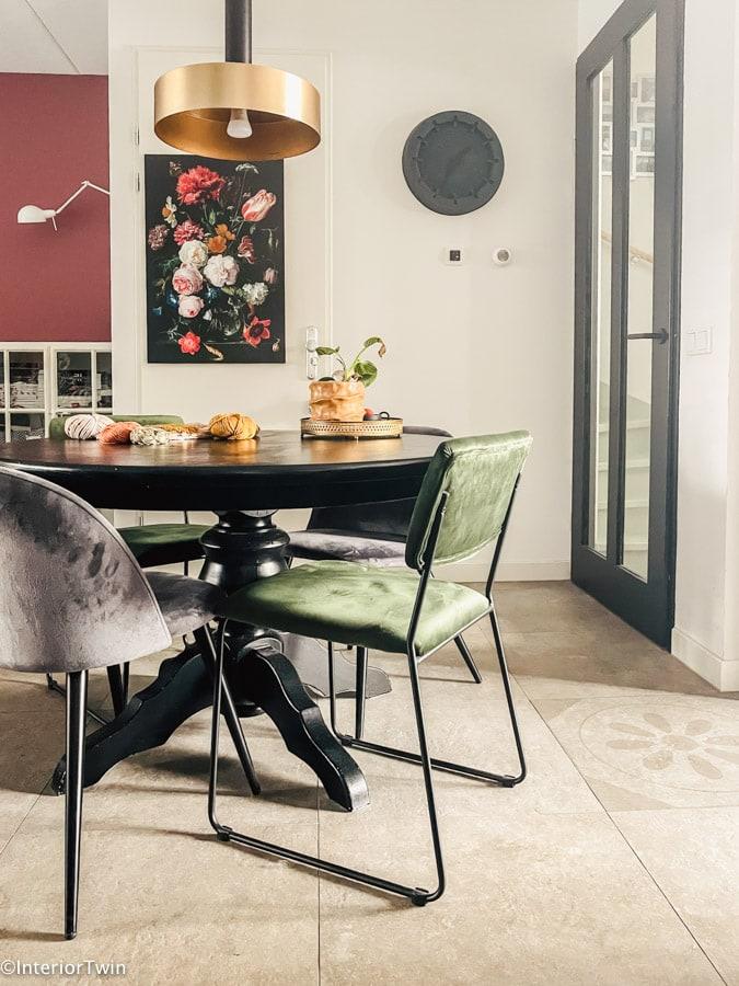 ruimte tussen tafel en deur