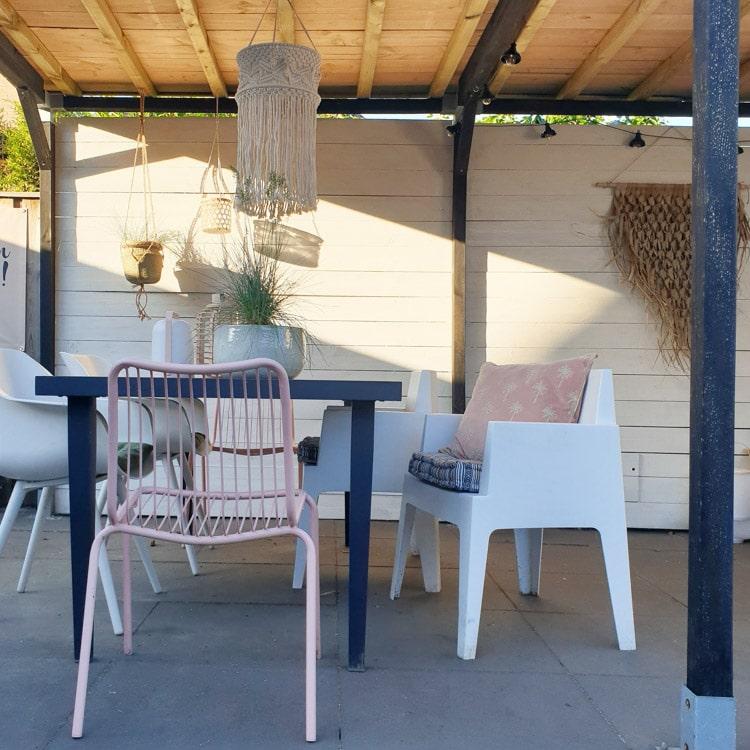 strakke moderne tuin met kleur @mijnhuisje_