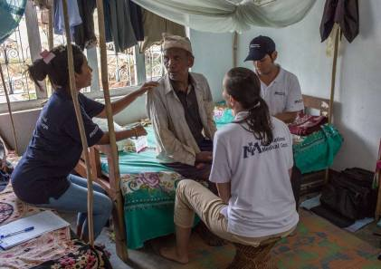 DHUWAKOT-NEPAL---July-17-2015-A-physiotherapist-team-from-an-IMC-Mobile-Unit-perform-medical-checks-on-a-patient-during-a-field-visit-4_WEB