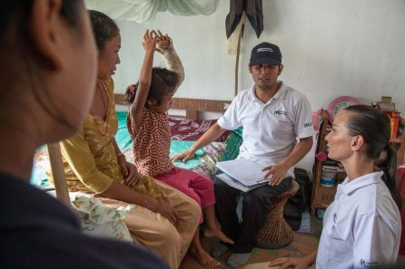DHUWAKOT-NEPAL---July-17-2015-A-physiotherapist-team-from-an-IMC-Mobile-Unit-perform-medical-checks-on-a-young-patient-with-a-broken-arm_3_WEB
