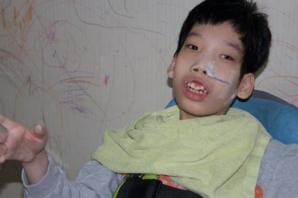 Nathan's birth parents gave up their rights to raise him, and he became a member of Jusarang in 2003. He has a sight disability and a portion of his cerebellum is missing, so he cannot control his body well on his own.