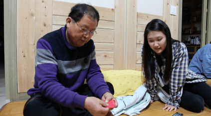 Choi playing cards with his granddaughter, Christy.