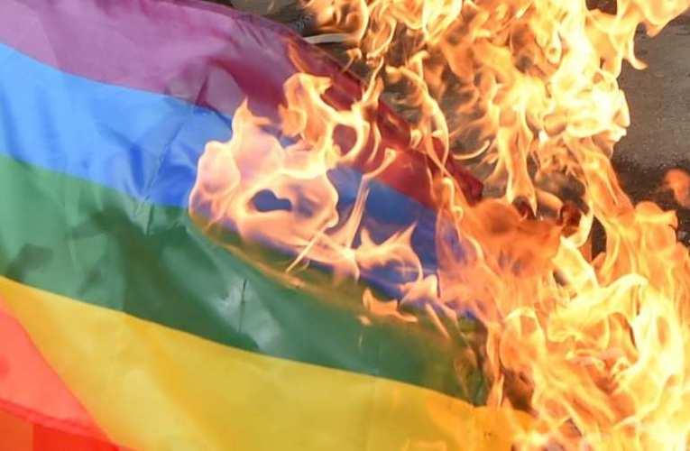 Az ügyész szerint kihívóan közösségellenes az LMBTQP rongy elégetéséről szóló plakát
