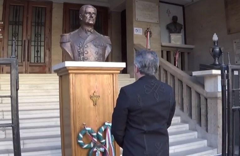 Vitéz nagybányai Horthy Miklósról készült legelső szobor