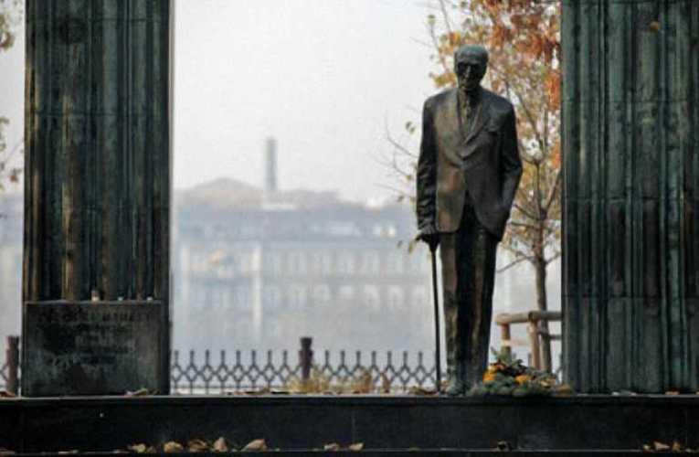 Jó, ha nem feledjük: Az álvallási szervezet politikai demonstrációja a hazaáruló Károlyi szobránál