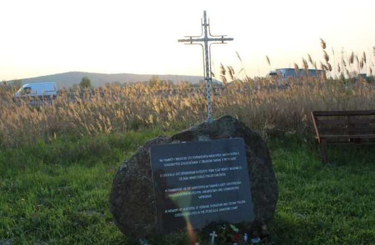 Nem holokauszt, Ligetfalu: krematóriumot is idéznek ma a mécsesek 📺