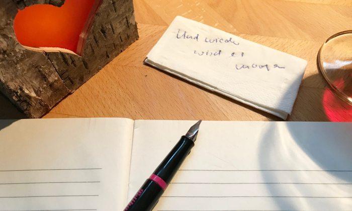 Schreibutensilien für Dichter mit Notiz einer Idee