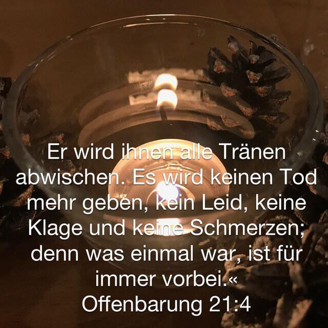 Bibelvers aus Offenbarung 21,4 auf Bild mit Kerze