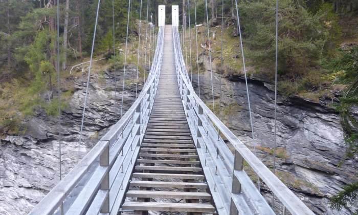 Brücke, die in den Himmel führt. Hängebrücke in der Viamala-Schlucht bei Thusis
