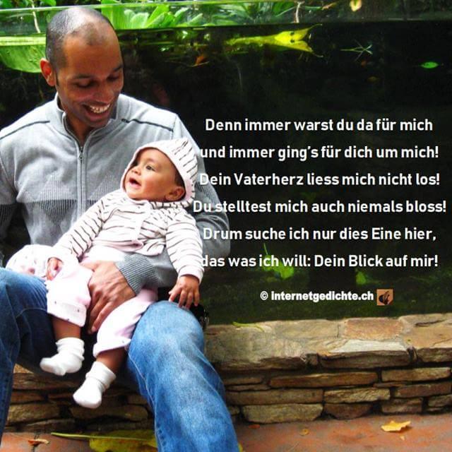 Dein Blick Auf Mir (Gedichtauszug) auf dem Bild eines Vaters mit seinem Kind