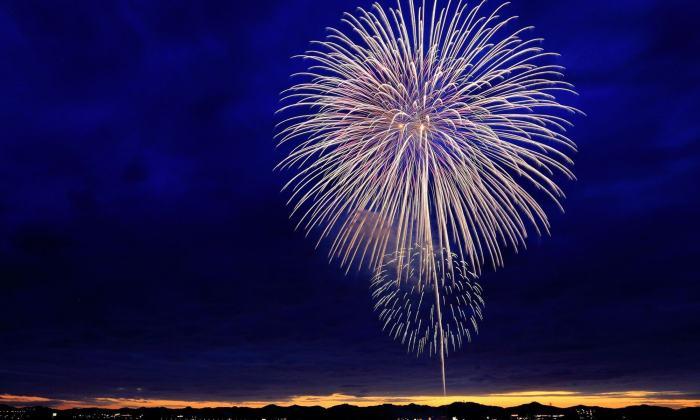Feuerwerk am Abendhimmel