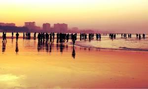 Menschen am Strand im Abendrot