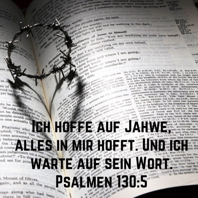 Bibelvers aus Psalm 130,5 auf Bild mit aufgeschlagener Bibel mit Dornenkrone und Herz