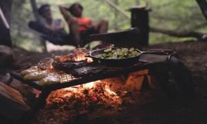 Kumpels am Lagerfeuer - Fleisch auf dem Grill