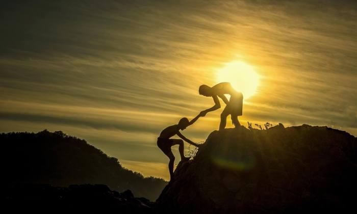 Freunde helfen sich den Berg hinauf