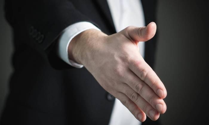 Treu und Glauben - Ausgestreckte Hand zum Einschlag