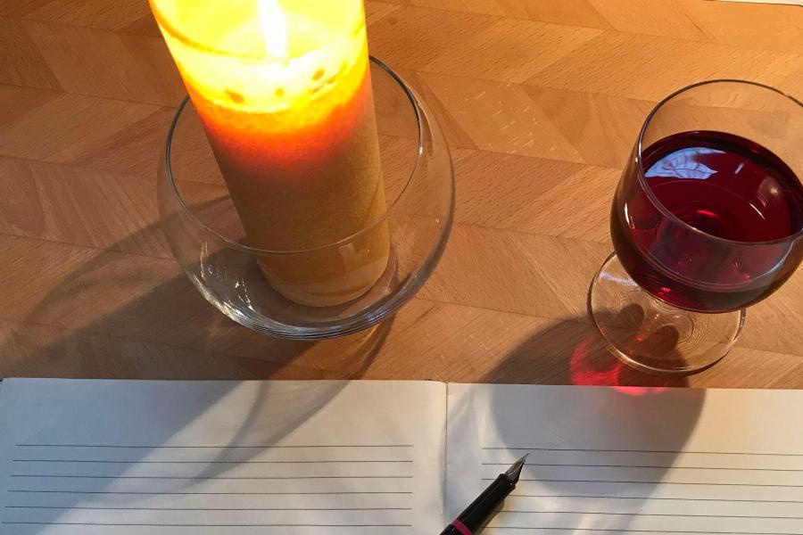 Schreiber mit Kerze und Wein