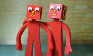 Rote Männchen vor Steinmauer