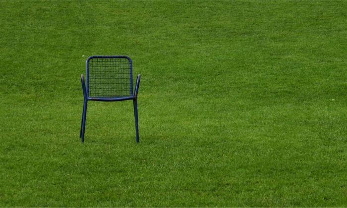 Einsamer Stuhl auf gruener Wiese