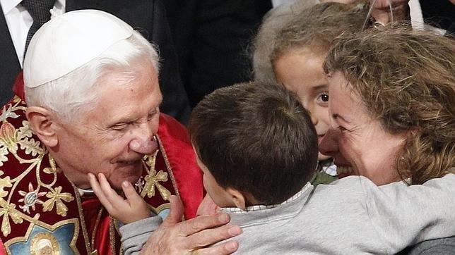 El Papa con una familia en la Catedral de Santiago