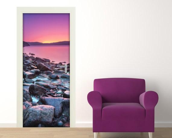 Adesivo perporte-tramonto sulla costa di pietre