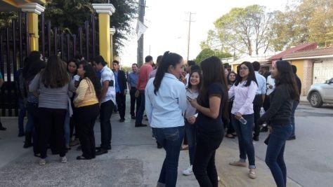 MANIFESTACIÓN EN LAS AFUERAS DE LAS INSTALACIONES DE LA ESCUELA SERAFÍN PEÑA