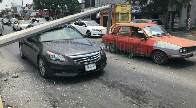 TREN DERRIBA POSTE Y DEJA PERSONAS ATRAPADAS EN VEHÍCULO.