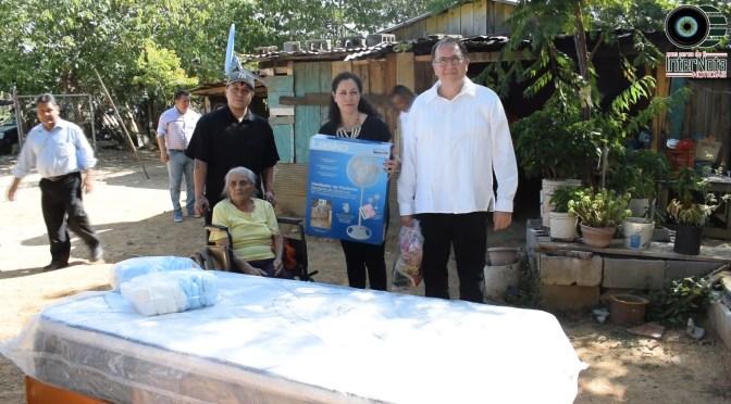 DIF MUNICIPAL Y ALCALDE DE MONTEMORELOS ENTRAN APOYO A MARÍA GARCÍA CON CAMA Y VENTILADOR.
