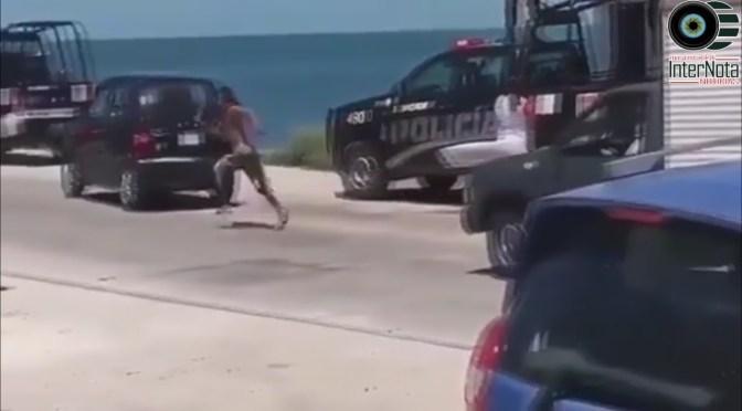 POLICÍAS AYUDAN A LADRÓN A BAJAR DE UN TECHO Y SE LES ESCAPA.