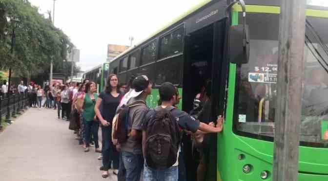 LARGA ESPERA PARA ABORDAR CAMIONES URBANOS